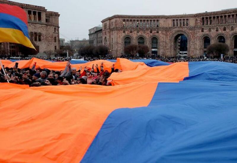 Участники оппозиционного митинга проводят шествие по улицам Еревана