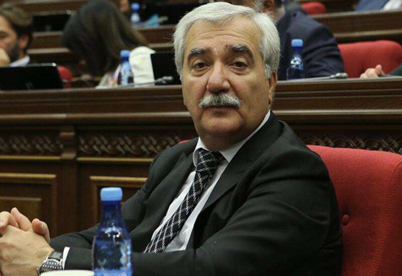 Протестующие в Ереване принесли к дому депутата его гроб