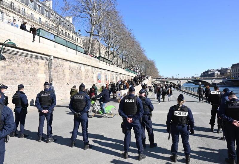 В Париже полиция разогнала отдыхающих на набережной за несоблюдение ограничительных мер