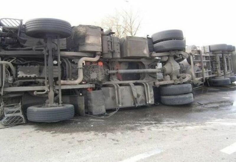 На трассе Баку-Сумгайыт произошло ДТП с участием грузовика