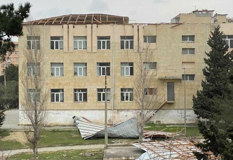 В Баку ветер снес крышу школы