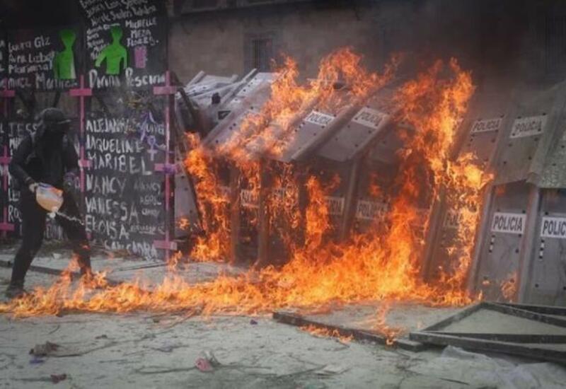 В Мексике десятки человек пострадали во время акции феминисток против насилия