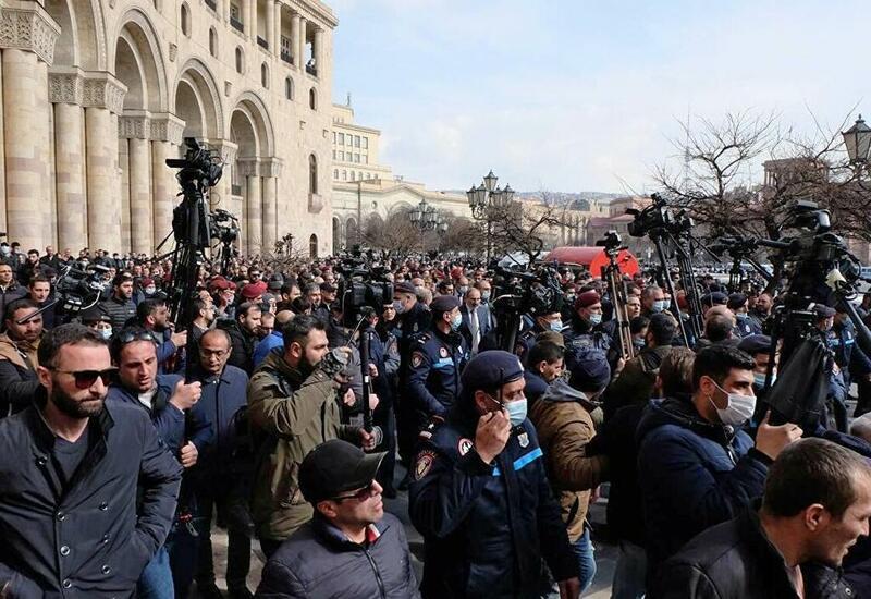 Оппозиция Армении решила заблокировать все входы в здание парламента