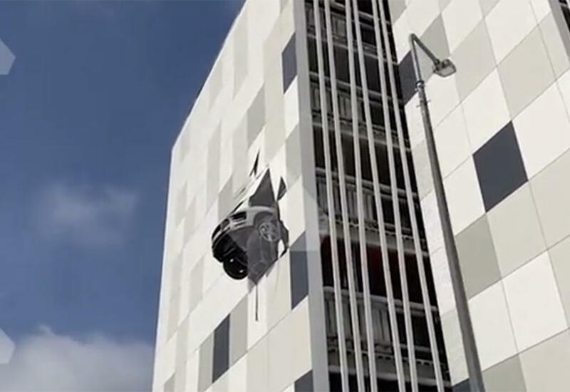 Водитель пробил стену паркинга на 3 этаже