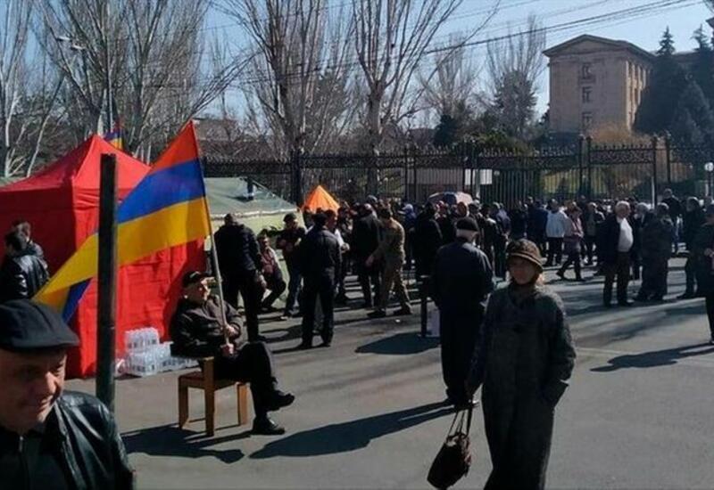 Митинг противников Пашиняна начался у здания парламента Армении