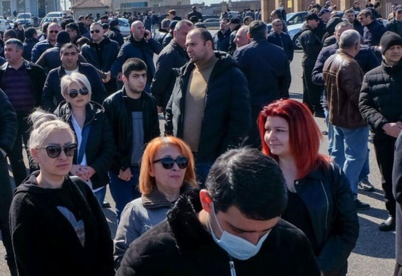 Родители армянских военнослужащих штурмуют здание Минобороны
