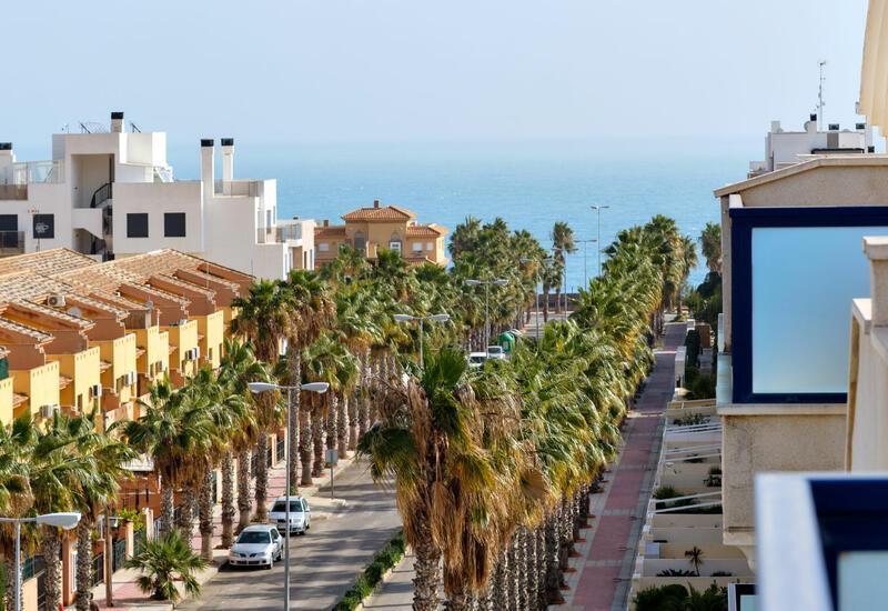 Испания планирует в мае открыть границы для привитых от коронавируса туристов