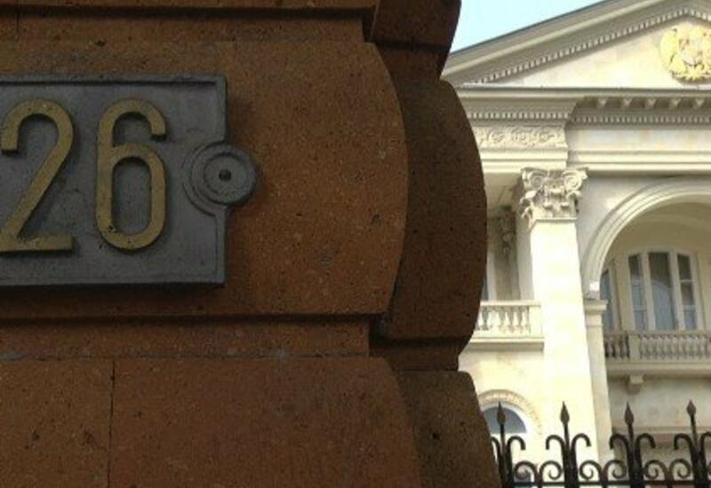 Пашинян сбежал от протестующих из президентской резиденции через гараж