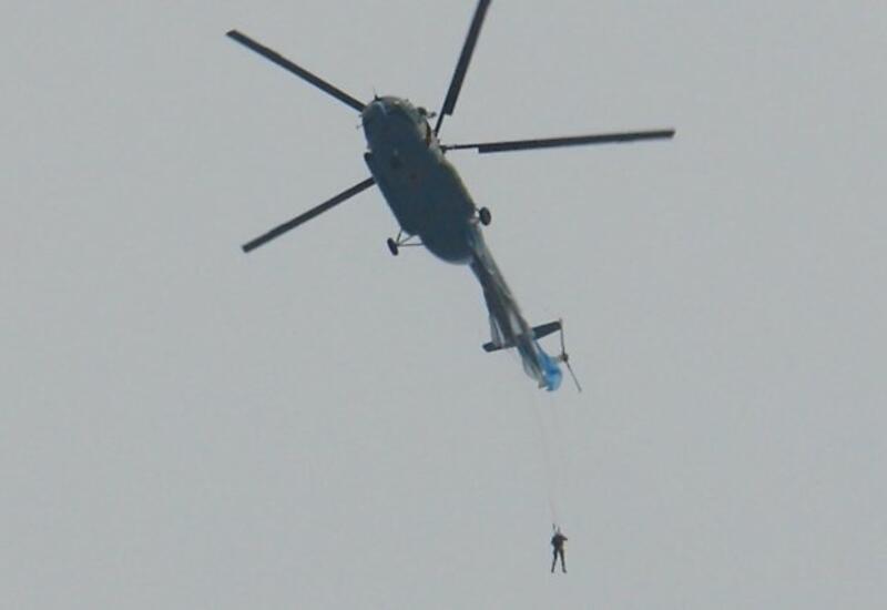 В России парашютист зацепился за хвост вертолета