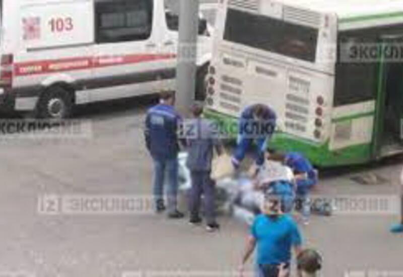 Камера сняла наезд легковушки на автобус и людей в Москве