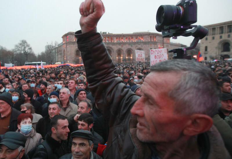 Оппозиция пытается блокировать входы в ведомство, где ждут Пашиняна