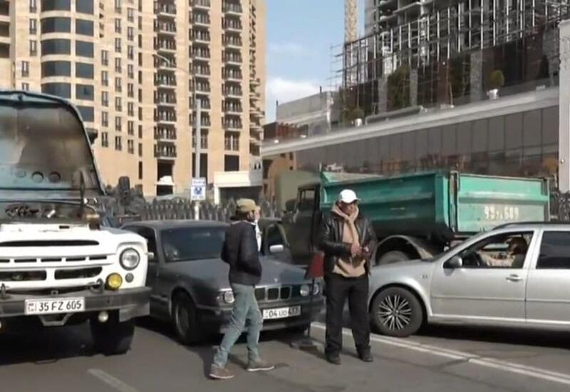 Протестующие в Ереване перекрыли улицы недалеко от резиденции Пашиняна