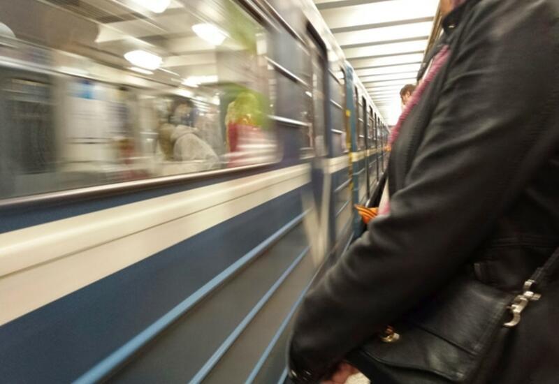 В московском метро человек упал на пути и погиб