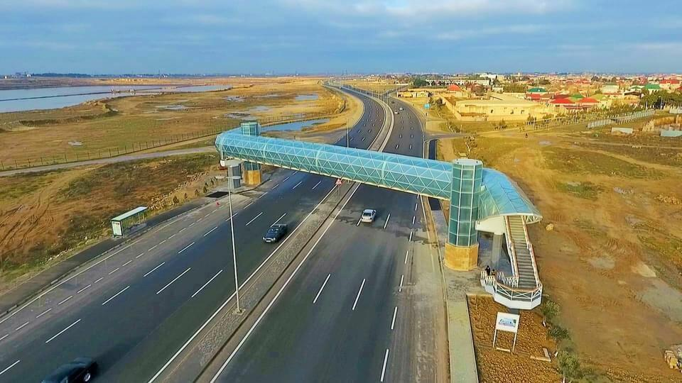 На дороге Гала-Пираллахи построен надземный пешеходный переход