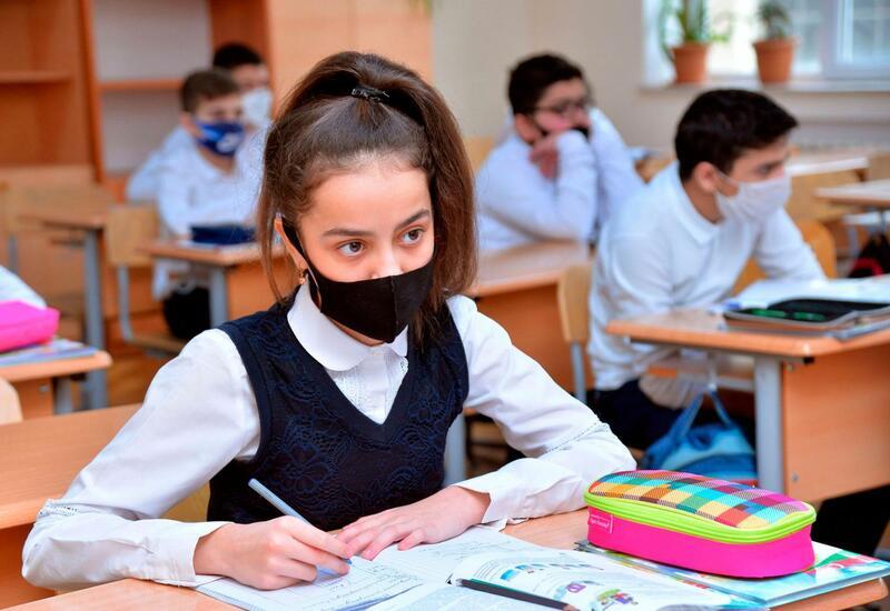 В школах Азербайджана частично возобновляется очное обучение