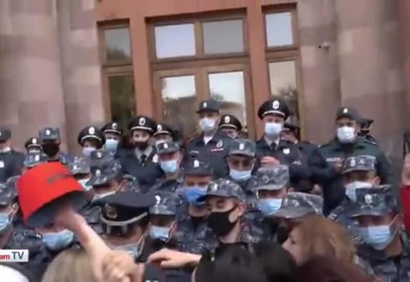 Силовики в Ереване скрутили 70-летнюю женщину