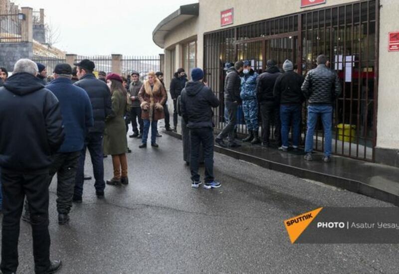 Митингующие взяли в заложники сотрудников минобороны Армении