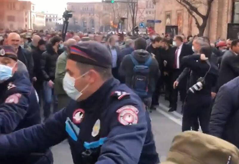 В Армении родственники пропавших без вести военнослужащих перекрыли дороги