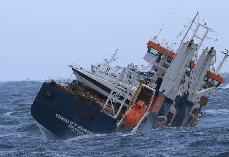 Голландский сухогруз никак не удается спасти