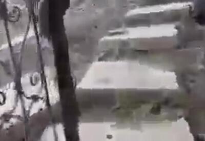 Армяне соорудили лестницы из могильных плит азербайджанцев  - ВИДЕОФАКТ варварства