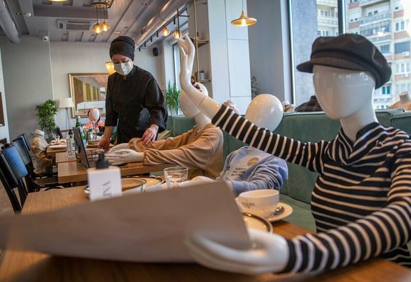 Манекены вместо посетителей в ресторанах
