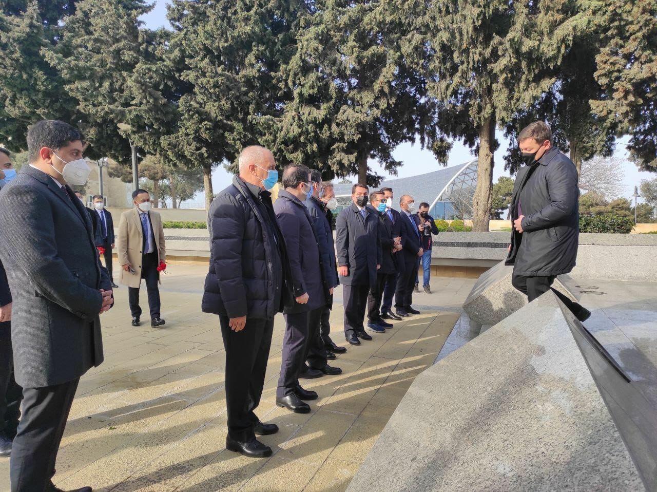 Ответственные по информации и медиа представители Тюркского совета посетили Аллею почетного захоронения и Аллею шехидов в Баку