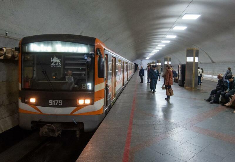 В метро Еревана начали снимать указатели на русском языке