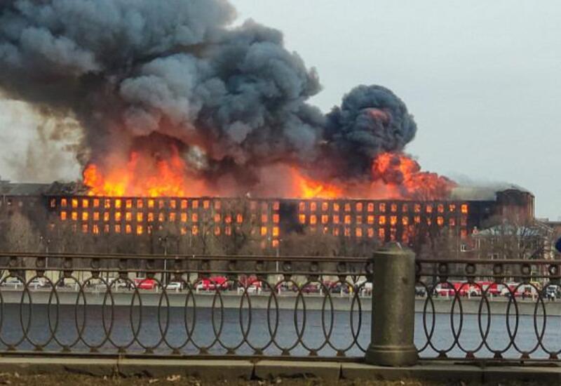 В Санкт-Петербурге горит крупный бизнес-центр