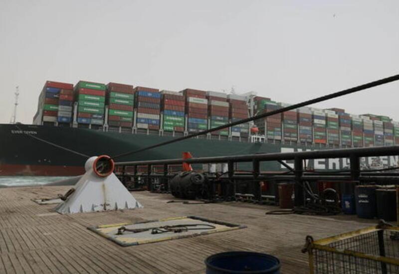 Египет требует компенсацию из-за застрявшего в Суэцком канале сухогруза