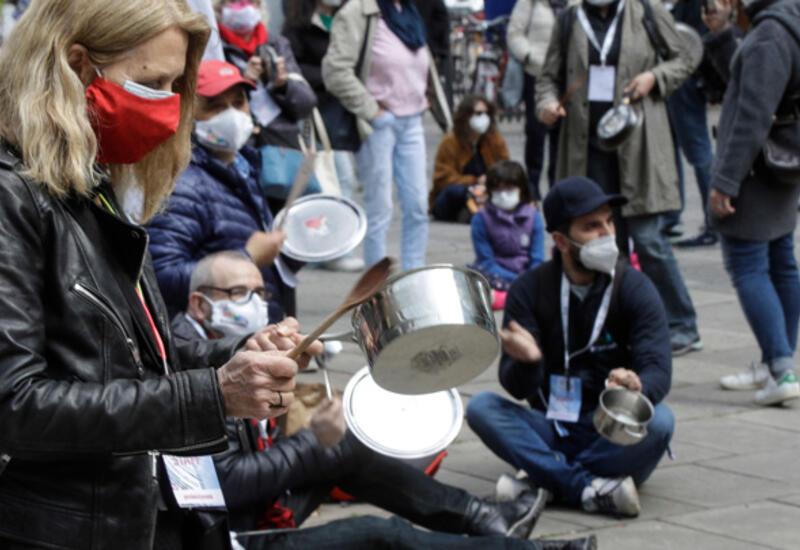Хроники COVID-19: итальянские рестораторы бунтуют, англичане отрываются в пабах