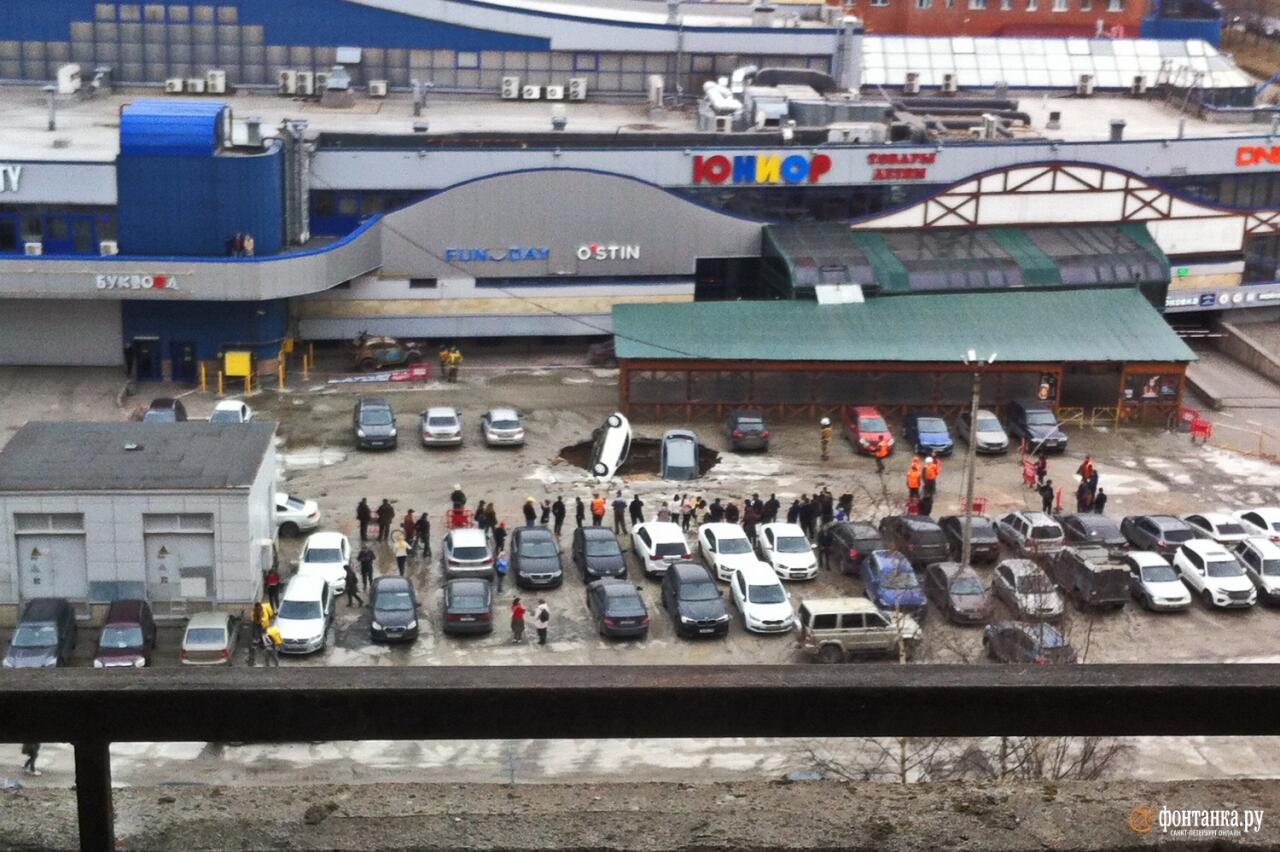 В России несколько машин провалилось в воронку