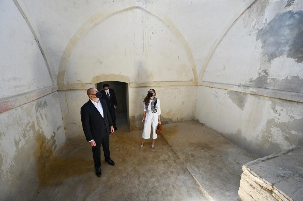 Президент Ильхам Алиев и Первая леди Мехрибан Алиева приняли участие в закладке фундамента ремонтно-восстановительных работ в поселке Пиршаги