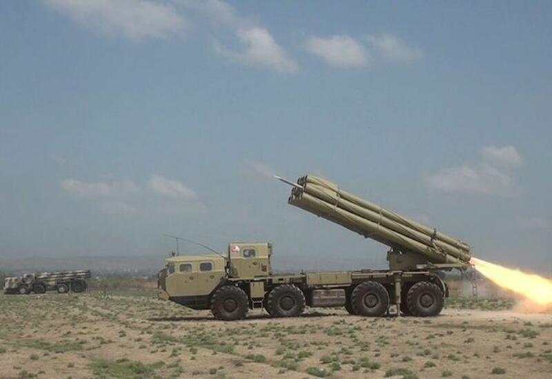 Проводятся тактические учения ракетно-артиллерийских батарей с боевой стрельбой