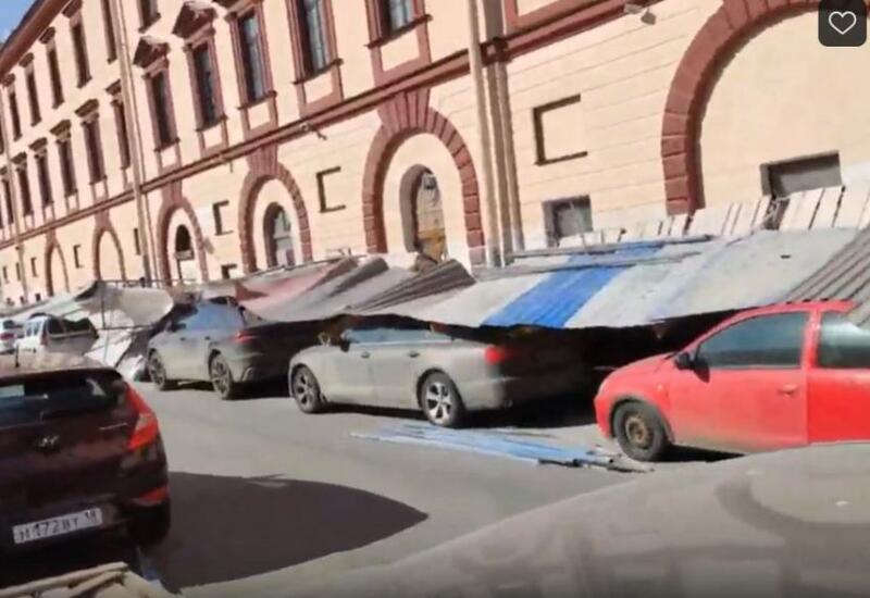Забор обрушился на прохожих и авто на набережной в Петербурге
