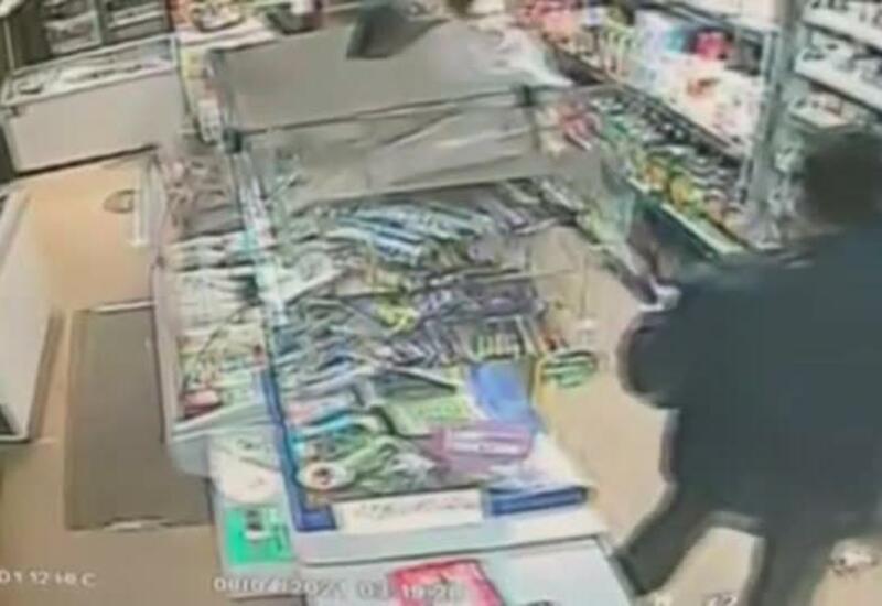 Москвич ворвался в магазин, изрезал продавщицу и начал пить спиртное