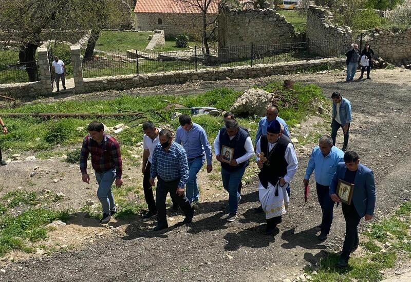 Члены Албано-удинской христианской религиозной общины Азербайджана в древнем албанском храме в селе Туг