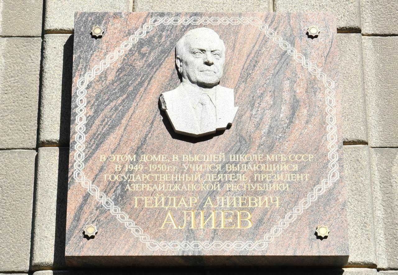 Парламентская делегация Азербайджана почтила память великого лидера Гейдара Алиева в Санкт-Петербурге