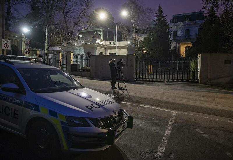 В Праге хулиганы облили стены посольства России кетчупом