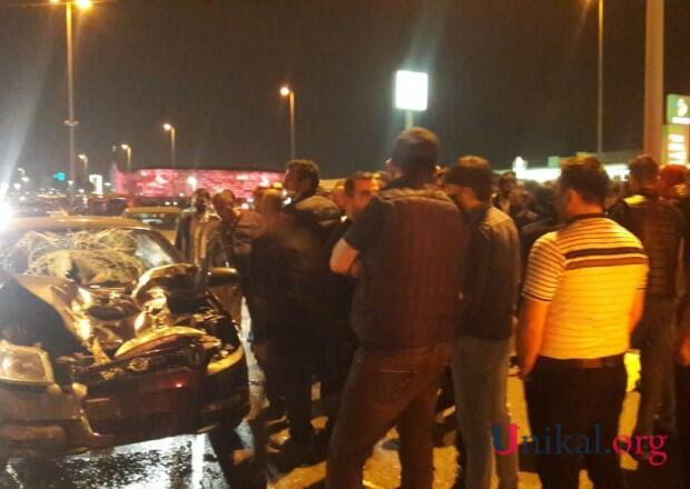 В Баку автомобиль сбил женщину с двумя детьми