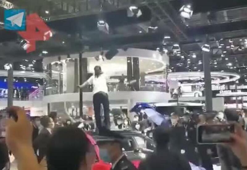 Обиженная на Tesla женщина устроила дебош во время автосалона