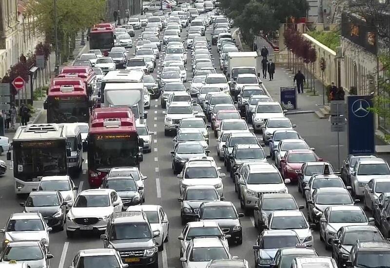 На ряде улиц и проспектов Баку наблюдаются пробки