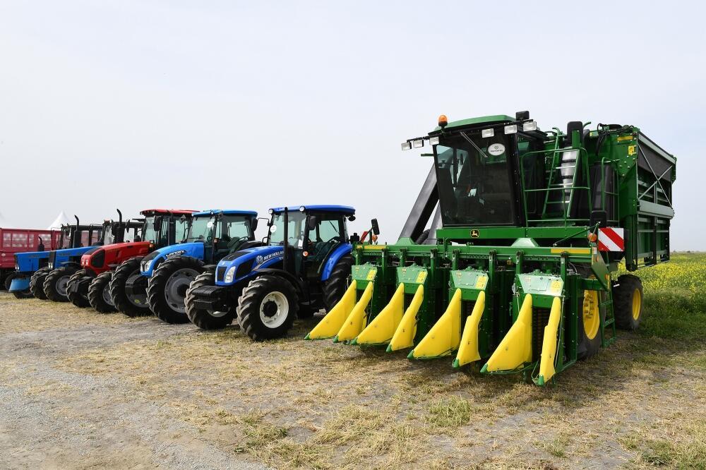 Президент Ильхам Алиев посмотрел процесс посева на хлопковом поле фермера Эльшана Халилова