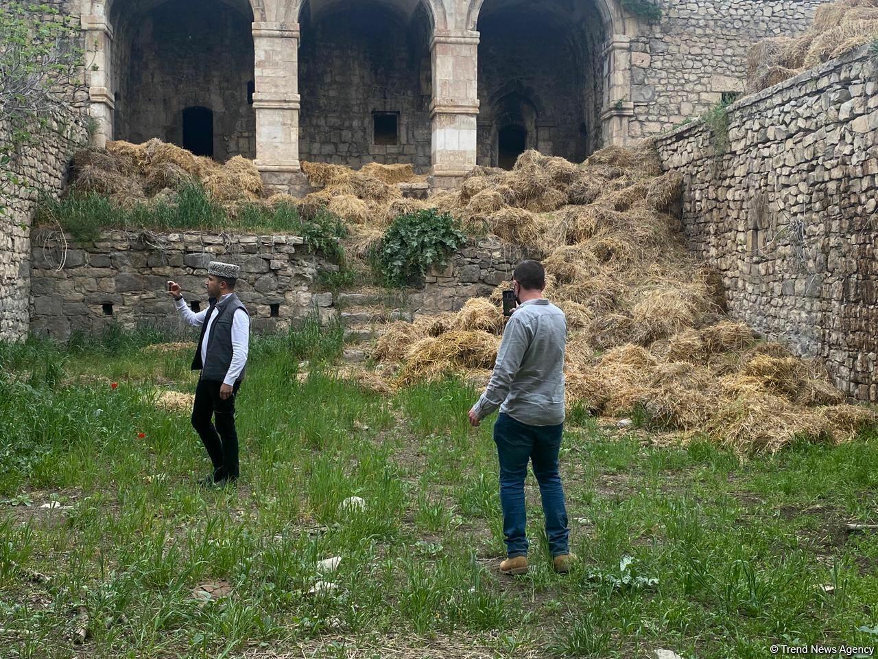 Израильские журналисты посетили караван-сарай в Физули, превращенный армянами во время оккупации в хлев