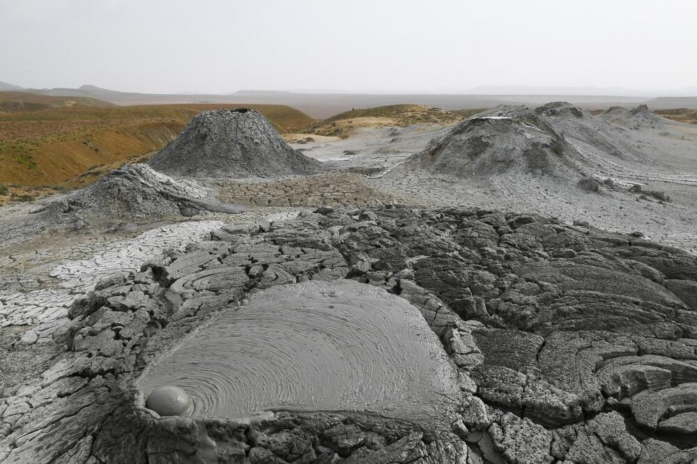 Президент Ильхам Алиев и Первая леди Мехрибан Алиева приняли участие в закладке фундамента Туристического комплекса грязевых вулканов в Абшеронском районе