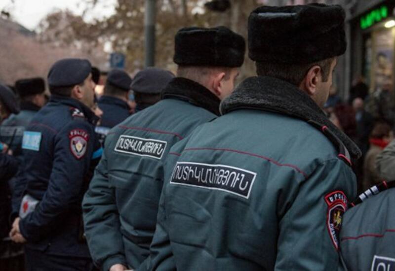 Полиция задерживает приковавшихся к дверям кабмина Армении оппозиционеров