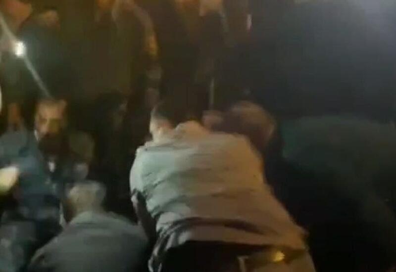 Протестующие в Ереване избили полицейского на акции протеста