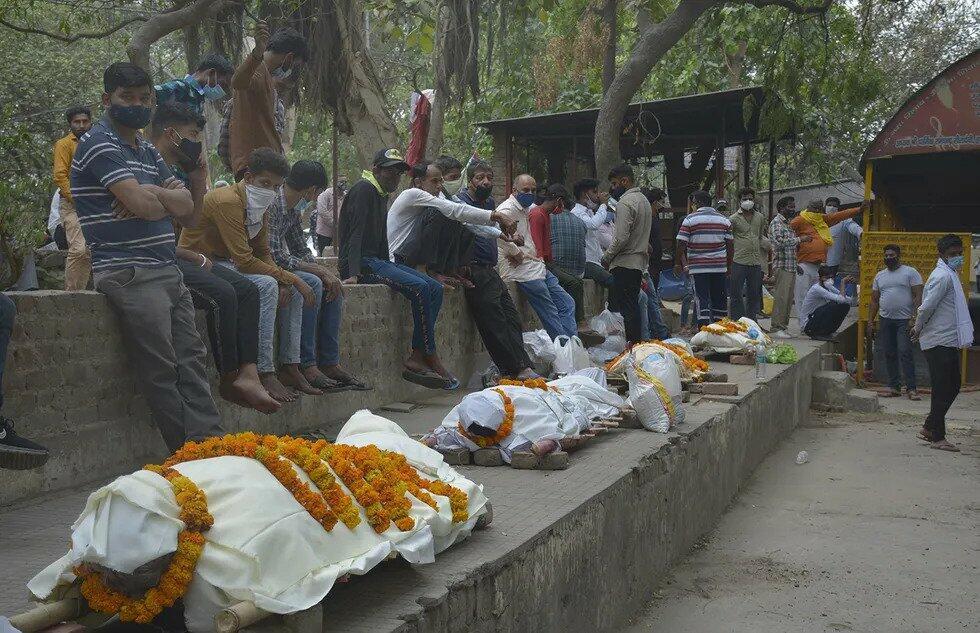 В крематориях Индии едва успевают сжигать тела умерших от COVID-19
