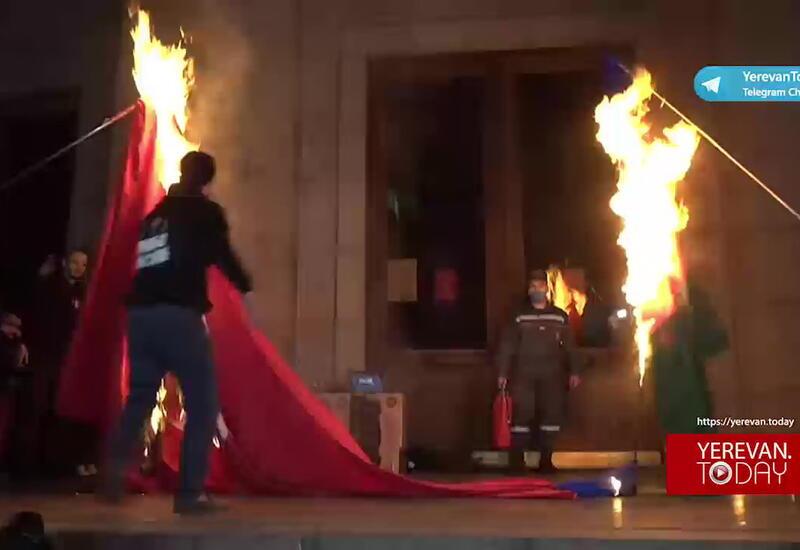 В Ереване сожгли флаги Азербайджана и Турции