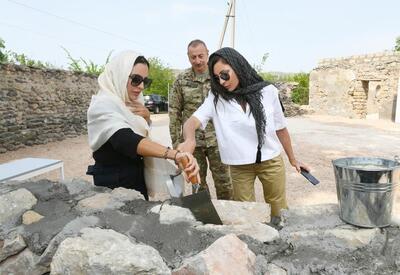 Президент Ильхам Алиев и Первая леди Мехрибан Алиева приняли участие в церемонии закладки камня в стену мечети в Зангилане - ФОТО