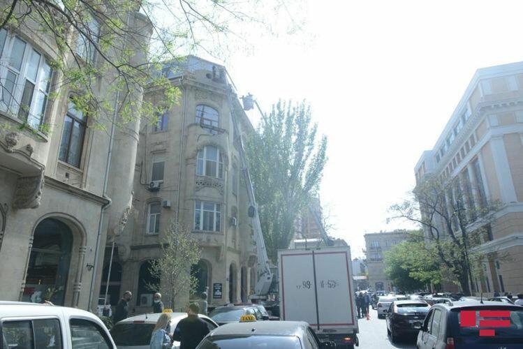 В Баку сносят чердак, незаконно построенный на крыше исторического здания